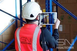 SNI Mitarbeiter prüft Regalsystem