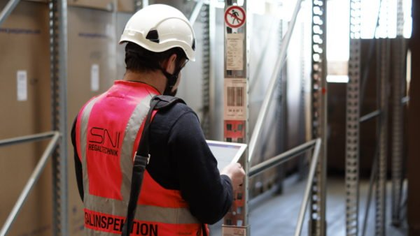 SNI Nord Regaltechnik employee carries out rack inspection