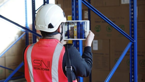 SNI-Nord employee carries out rack inspection